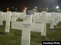 Berta Soler visitó en Miami el Memorial Cubano, 10 mil cruces con los nombres de las víctimas del castrismo.