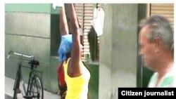 Reporta Cuba lanzan octavilla mujer Santa Clara foto NacánVideos