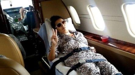 La joven accidentada Barbara Jiménez hace la señal de la victoria en el avión que las trasladó de Cuba a EE.UU.