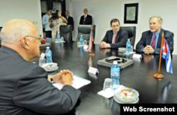 El gobernador de Texas Greg Abbot (primero de der, a izq.) con el vicepresidente cubano Ricardo Cabrisas.