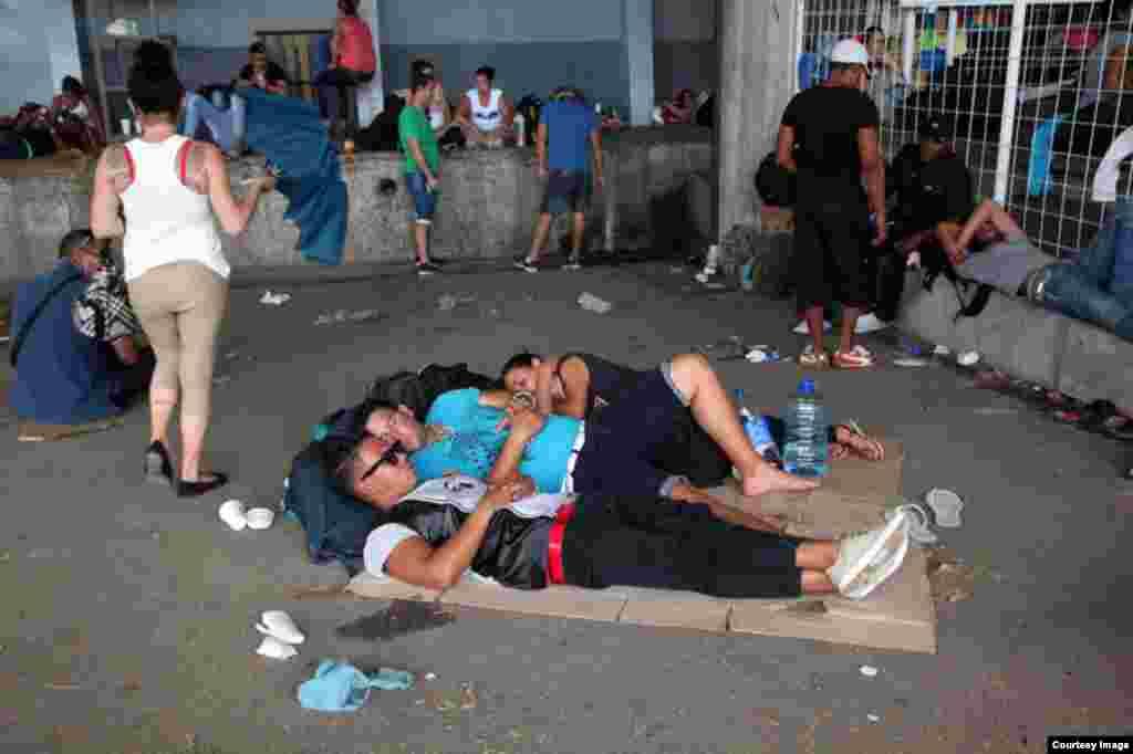 Decenas de cubanos optaron por descansar en cartones, mientras esperaban poder pasar al otro lado de la frontera. (Foto cortesía de La Nación/Alonso Tenorio)