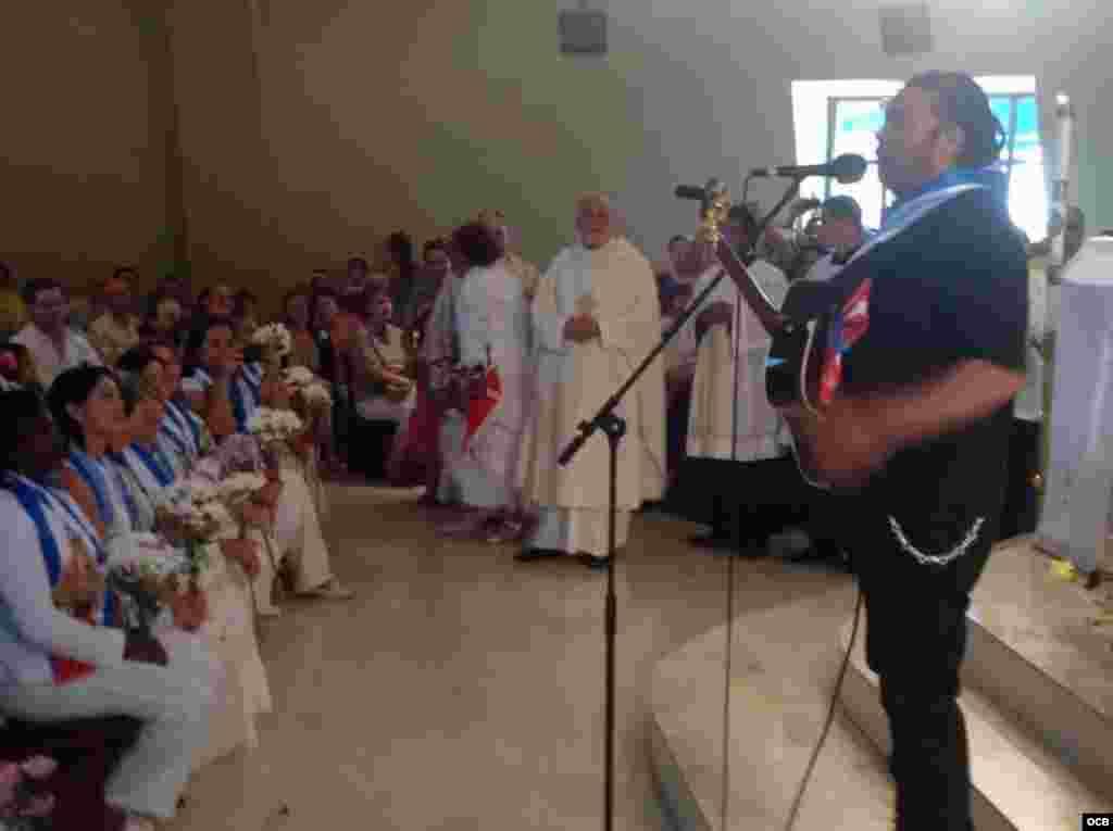 Amaury Gutiérrez le canta a las Damas de Blanco en La Ermita.