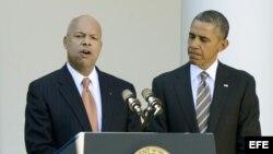 El presidente de Estados Unidos,Barack Obama, escucha las palabras de Jeh Johnson, tras ser nombrado director del departamento de Seguridad Interior
