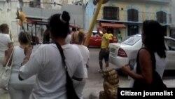 Damas de Blanco marchan en Centro Habana el domingo, 17 abril. Foto: Steve M. Pardo.