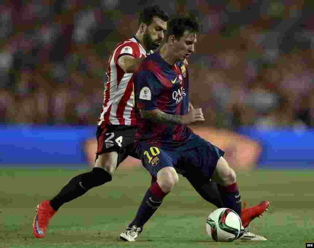 El delantero del FC Barcelona Leo Messi (d) protege el balón ante Balenziaga, del Athletic de Bilbao.