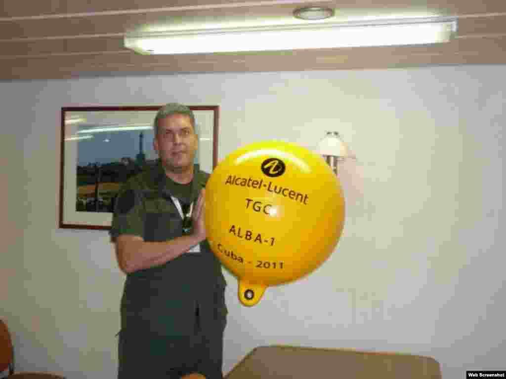 Coronel venezolano Wilfre Morales, sostiene boya de cable ALBA1