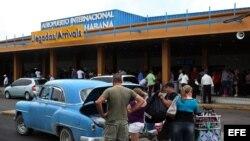 Fotografía de archivo de un grupo de cubanoamericanos en el aeropuerto José Martí de La Habana (Cuba). EFE/Alejandro Ernesto