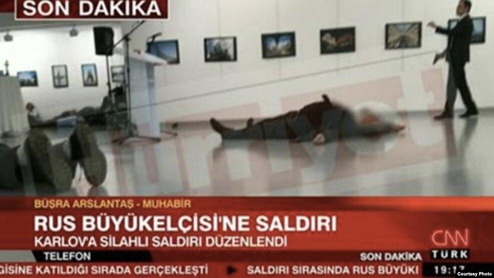 Foto del atentado al embajador ruso en Turquía.
