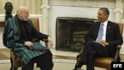 El presidente estadounidense, Barack Obama (d), conversa con su homólogo afgano, Hamid Karzai, en el despacho Oval en la Casa Blanca en Washington DC, Estados Unidos.