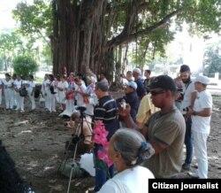 Reporta Cuba Reporteros filman reunión de Damas de Blanco en parque Gandhi La Habana