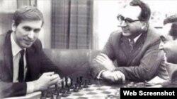 Bobby Fischer (i) vs Mark Taimanov (d).