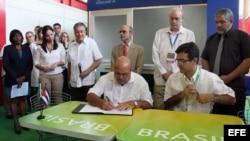 El superintendente de la Compañía de Obras de Infraestructura (COI) de Brasil, Ricardo Boleira (d), y el director de la empresa cubana azucarera de Cienfuegos, Pedro Pérez (i), firman hoy, viernes 9 de noviembre de 2012, en La Habana (Cuba), un contrato q