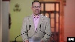 El ministro de Comunicación venezolano, Ernesto Villegas, durante una alocución desde el Palacio de Miraflores, en Caracas, Venezuela