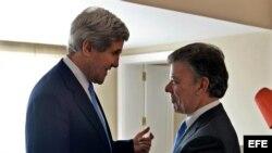 Fotografía cedida por Presidencia de Colombia del mandatario del país, Juan Manuel Santos (d), saludando al secretario de Estado de Estados Unidos, John Kerry (i), hoy, lunes 12 de agosto de 2013, en el Palacio de Nariño de Bogotá.
