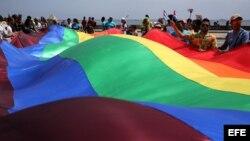 Activistas LGBTI ondean la bandera que los representa en El Malecón.
