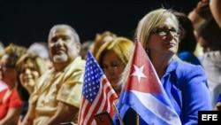 Votantes de Miami asisten a un acto de campaña en apoyo a su candidato.