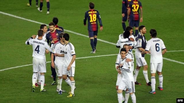 Los jugadores del F. C. Barcelona y del Real Madrid, a la finalización del encuentro correspondiente a la vuelta de la semifinal de la Copa del Rey de fútbol, disputado en el Nou Camp, en Barcelona.