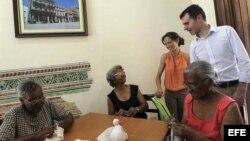 El secretario general de la consejería de Presidencia de la Junta de Castilla y León, José Manuel Herrero (d) y María de Diego (3d), directora general de Relaciones Institucionales y Acción Exterior de la Junta recorren el Centro Social de Día, que ha sid