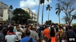 ARCHIVO. Cientos de personas hacen cola en un parque habanero frente a la Embajada de España en Cuba.