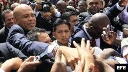 El presidente haitiano, Michel Martelly, saluda a sus compatriotas (Archivo).