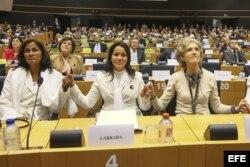 (i-d) Belkis Cantillo Ramírez, Laura Labrada, y Elena Larrinaga en la entrega del Premio Sajárov a la Libertad.