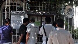 Varias personas esperan para ser atendidas en la entrada del consulado de México en La Habana. Enero/ 14/2013