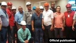Trabajadores cubanos posan en una foto de Coropelec Venezuela.