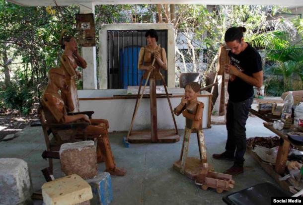 Jorge César Sáenz Gómez en su taller.