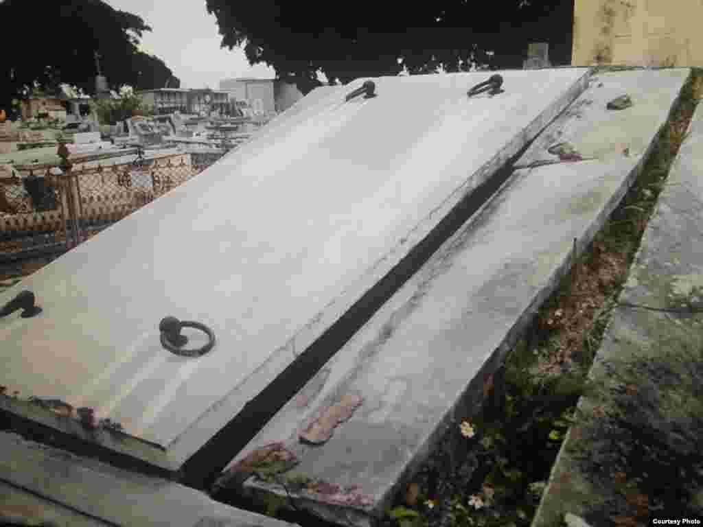 Tumbas abiertas en el cementerio de La Habana.