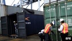 Fotografía del domingo 21 de julio de 2013, que muestra agentes policiales mientras inspeccionan un contenedor donde se encontró un avion Mig - 21 Bis en Colón (Panamá). El Ministerio Público de Panamá volverá a interrogar a los 35 tripulantes norcoreanos