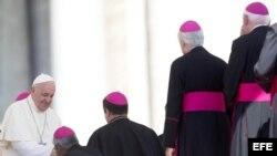 El papa Francisco saluda a los obispos tras celebrar la audiencia general.