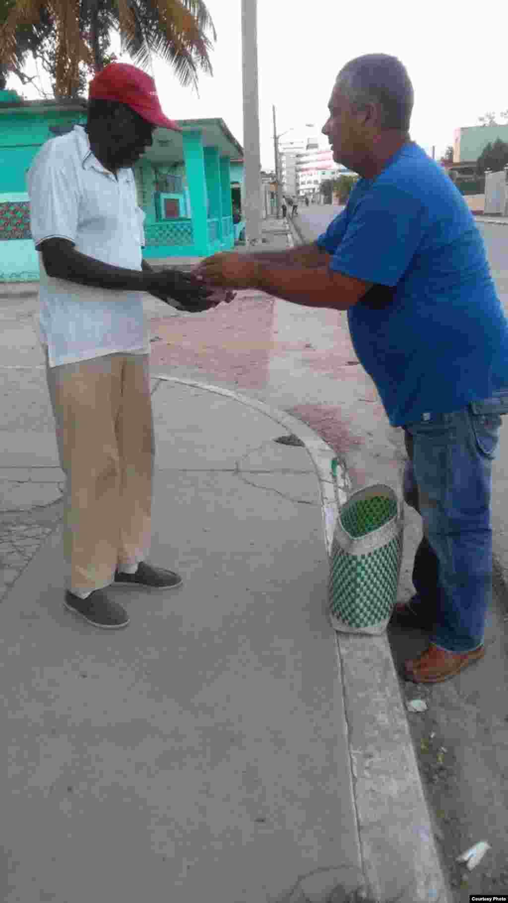 Colaboradores del Proyecto Capitán Tondique en la calles ofreciendo alimentos a los necesitados
