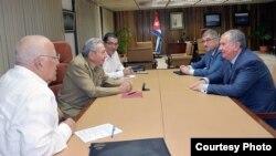 Raúl Castro recibe a Igor Sechin en La Habana