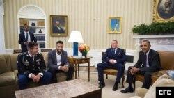 El presidente Obama con los tres héroes del tren de Francia.