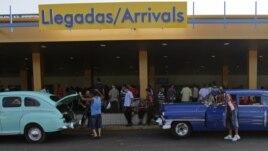 """Taxis particulares o """"boteros"""" esperan a la salida del Aeropuerto Internacional José Martí."""