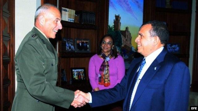 Fotografía cedida por la Casa Presidencial hondureña donde se ve al presidente de Honduras, Porfirio Lobo (d), saludando al nuevo jefe del Comando Sur de Estados Unidos, John Kelly.