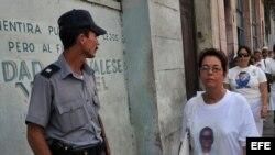 Fotografía de archivo. Policía acosa a Damas de Blanco.