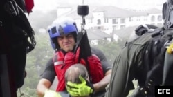 Captura de vídeo que muestra a personal de la guardia costera de Houston mientras realiza labores de búsqueda y rescate de residentes de áreas inundadas tras el huracán Harvey.