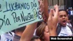 Estudiantes venezolanos exigen la liberación de sus compañeros frente al Ministerio del Interior.