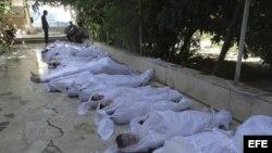 Fotografía facilitada por el Comité Local de Arbeen que muestra los cuerpos sin vida de varios sirios tras un supuesto ataque con gases tóxicos perpetrado por las fuerzas de seguridad sirias en Arbeen a las afueras de Damasco (Siria) hoy, miércoles 21 de