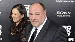 """Fotografía de archivo donde se ve al actor estadounidense James Gandolfini (d) y su esposa Deborah Lin a su llegada al estreno de la película """"Zero Dark Thirty"""" el 10 de diciembre de 2012, en el teatro Dolby de Hollywood, California (EE.UU.). El actor Jam"""