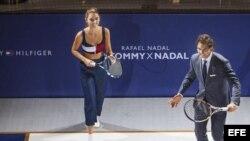 Rafael Nadal (d) junto con una modelo durante la presentación de una colección masculina de moda de Tommy Hilfiger.