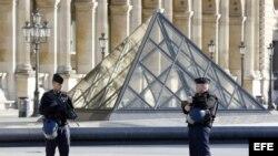 Policías custodian el museo Louvre en París.