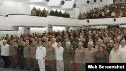 Raúl Castro posa junto a oficiales cubanos de las Fuerzas Armadas y del Ministerio del Interior.