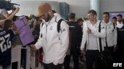 Los jugadores del Real Madrid Karim Benzema (i), Toni Kroos (c) y Keylor Navas, a su llegada hoy al Aeropuerto de Vigo.