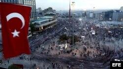 Miles de personas se concentran en la plaza Taksim en Estambul (Turquía), hoy, jueves 6 de junio de 2013. El primer ministro turco, Recep Tayyip Erdogan, declaró hoy que su gobierno no dará marcha atrás en la remodelación urbana, causa principal de las protestas