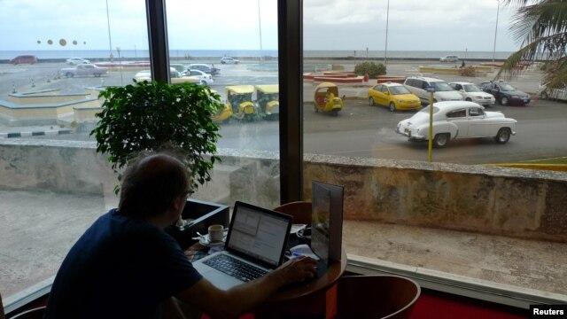 Un hombre se conecta con el wireless en el lobby de un hotel de La Habana.