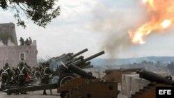 Soldados cubanos disparan salvas de artillería