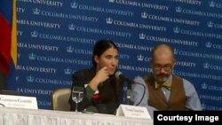 Yoani Sánchez durante el acto en que se le entregó el Premio María Moors Cabot, junto al periodista Nelson Bocaranda. Foto de la página Twitter de Nelson Bocaranda.