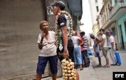 - Una mujer habla con un joven que vende ajos y cebollas en la calle hoy, viernes 15 de abril de 2016, en La Habana (Cuba), un día antes del inicio del VII Congreso del Partido Comunista de Cuba (PCC)